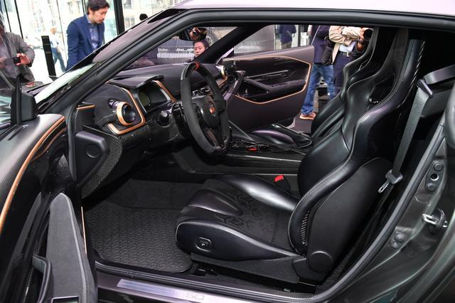 画像: 新たにデザインされたインテリア。メーターはGT3レーシングカーのものが装着される。