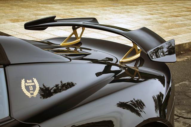 画像: リアウイングの形状が独特。ワールドチャンピオンをイメージしたローレルリースのデカールも貼られる。