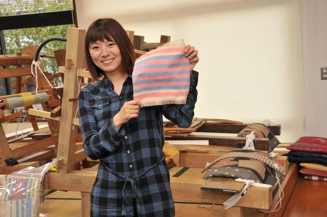 画像: 結城紬と同じ製法で織ったテーブルセンター。青と赤、2色のよこ糸を織り込んでシンプルなデザインに仕上げました!