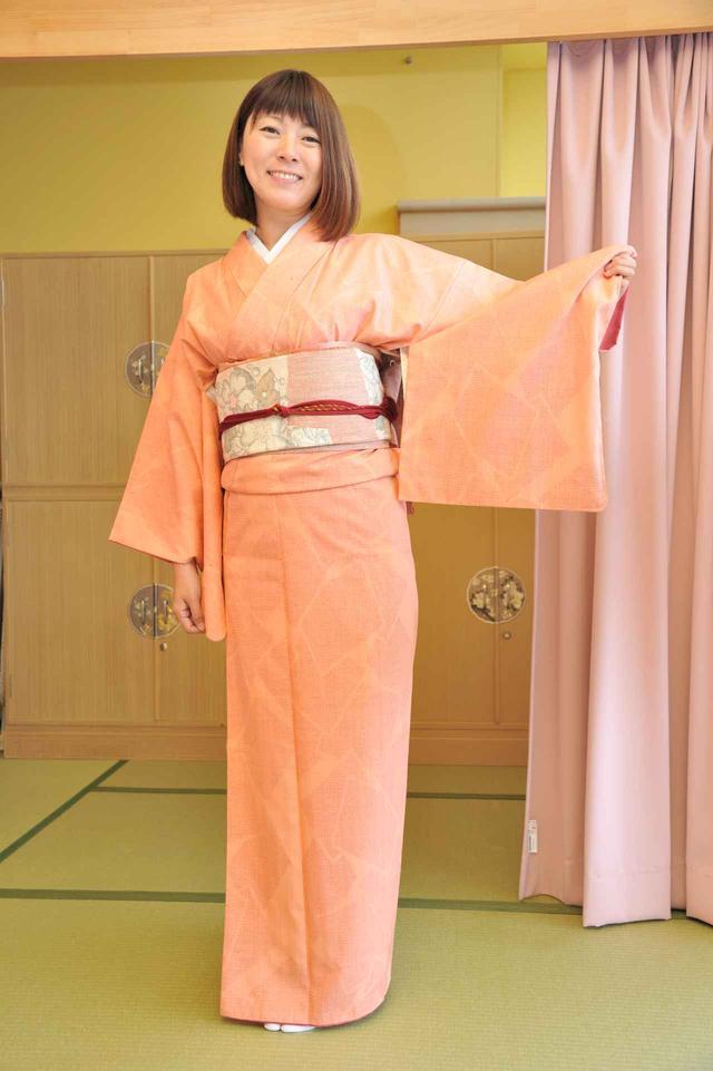 画像: 今回着付けにお借りした結城紬は、いくつもの模様の織り込まれたもので、一式300万円とか! 寒空の下でも暖かく、そして着心地も軽やかなんです。