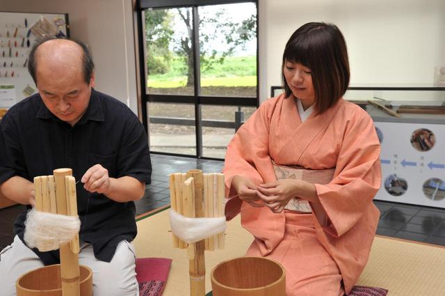 画像: 伝統工芸士さんに教わりながら、指先で真綿から糸をひく「糸つむぎ」から体験。