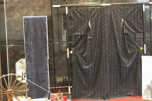 画像: 歴史は古く、6世紀頃に結城紬の原型とも言える「絁(あしぎぬ)」が朝廷に献上されたという記録が残っている。その後、養蚕の盛んだった鬼怒川沿いの茨城県結城市を中心に発展した絹織物。着こみ、洗い張りをするほどに艶としなやかさを増す特徴と、親から子へ数代にわたって着られる丈夫さも併せ持つ。特異な製作方法からも、誉れ高い着物としても知られる。