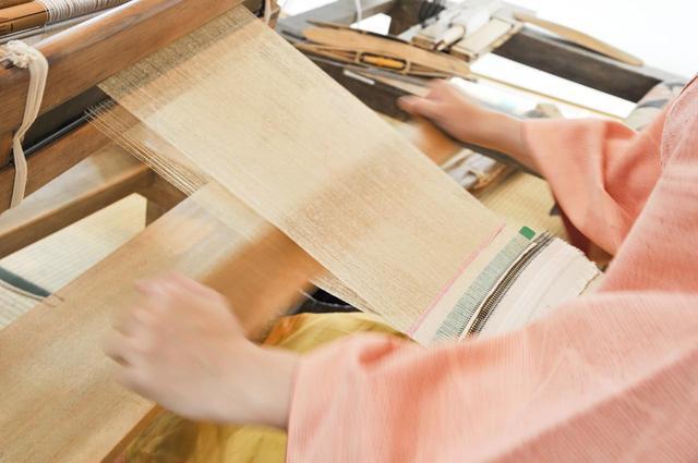 画像: 着物姿をスマートに見せるため、結城紬のよこ糸は細い。つまり、杼(ひ)でよこ糸をとおす回数も増えるというもの。