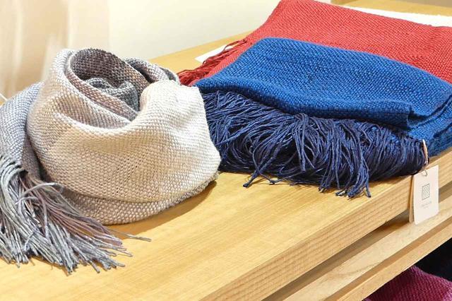画像: 明治40年に創業した結城紬の製造問屋である奥順さんは、その歴史や最新の情報などを発信する「つむぎの館」も運営している。その中には、歴史に触れる資料館、はた織りや草木染めを体験できるコーナー、ギャラリー&カフェなども設けている。また、オリジナルのショールや香り袋などを販売する店舗もある。茨城県結城市大字結城12-2 ☎0296-33-5633