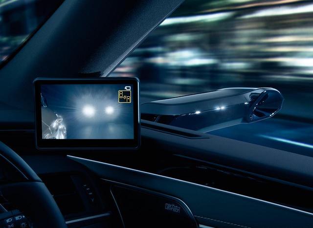画像: 夜間のモニターはドライバーが眩しく感じないように明るさを自動的に調整する。