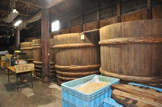 天保3年に創業した味噌どころ、秋葉糀味噌醸造で天然醸造の蔵を見学。