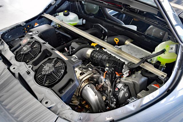 画像: カバーを外すのは大変なので、エンジン本体を見る機会は少ないだろう。