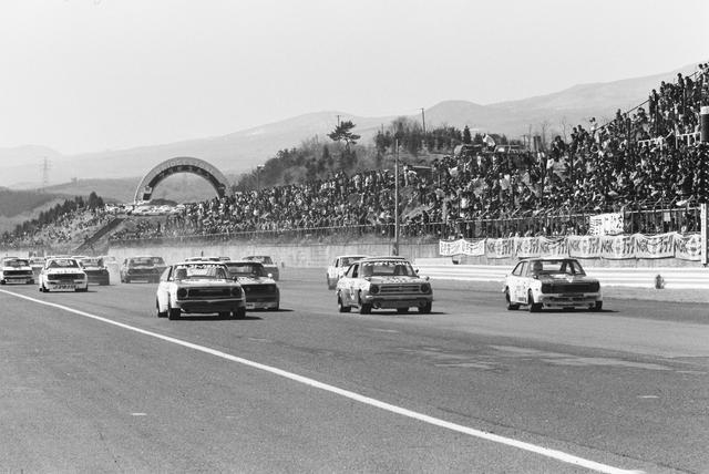 画像: 1976年の冨士GC第1戦。マイナーツーリングは、GCのメインレースより「通」に人気があった。