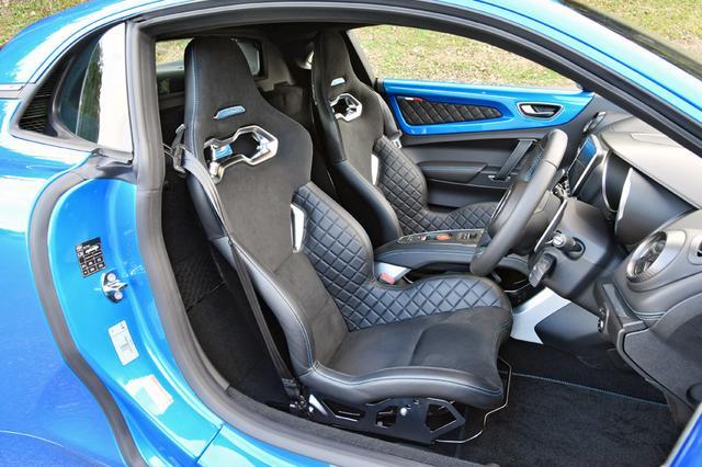 画像: ピュアは、前後スライドのみ調整可能なバケットシートを装着。