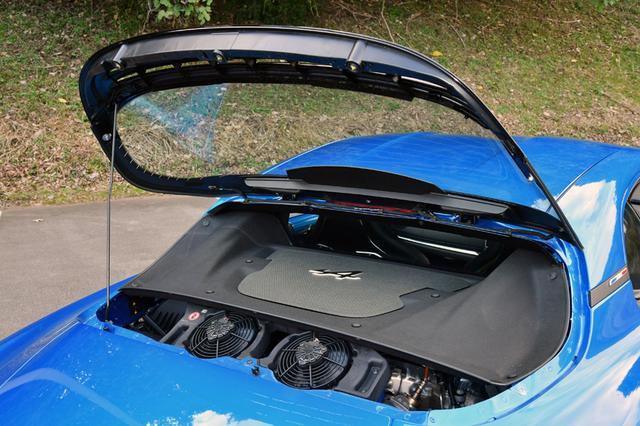 画像: リアウインドーを開けてもエンジンカバーで本体は見えない。