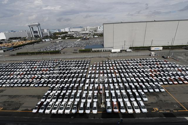 画像: スバルのHBC(東扇島物流センター)の全景。最大6000台をストレージできる。右奥は大型倉庫。