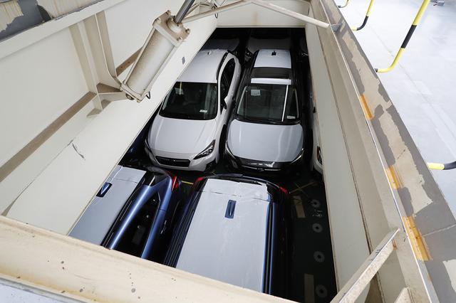 画像: ぎっしりと詰め込まれている状態が、理解してもらえるだろうか。この船は最大7500台を収容できる。