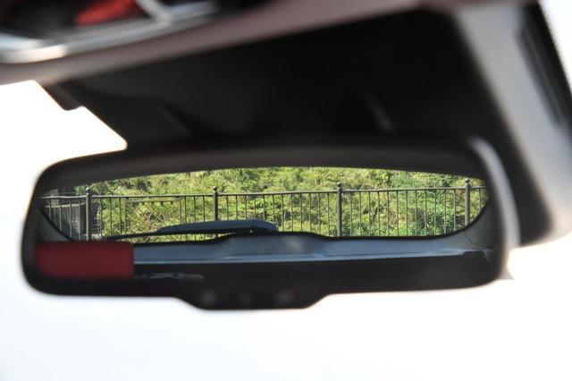 画像: 3本積載した状態で、バッグミラーを覗く。視界は良好。