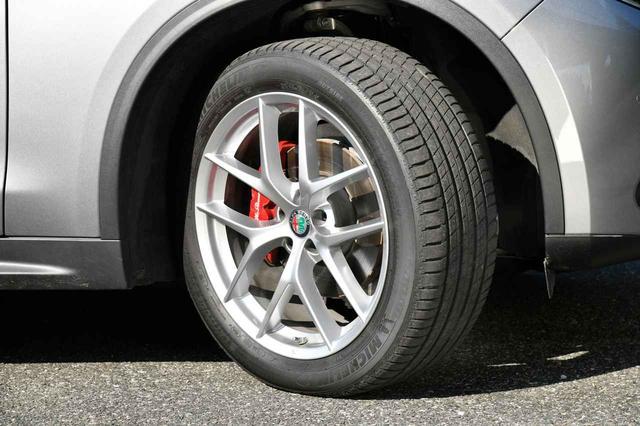 画像: タイヤはミシュラン ラティチュード スポーツ3の255/45R20を装着する。