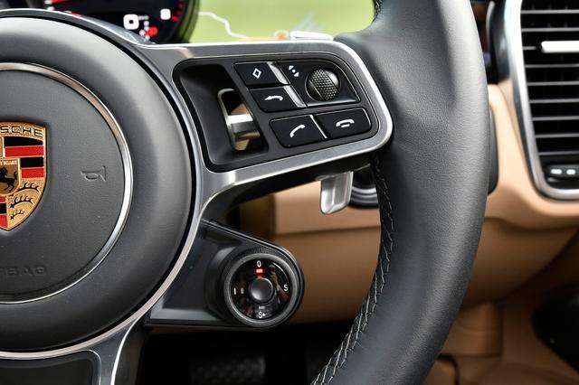 画像: スポーツクロノパッケージを選択するとハンドルにドライビングモードスイッチが備わる。