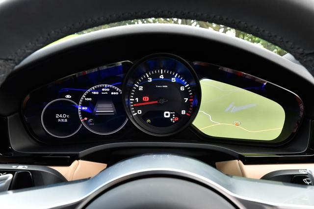 画像: メーターユニットの両側に設けられた7インチフルHDディスプレイには、様々なドライビングデータを表示する。