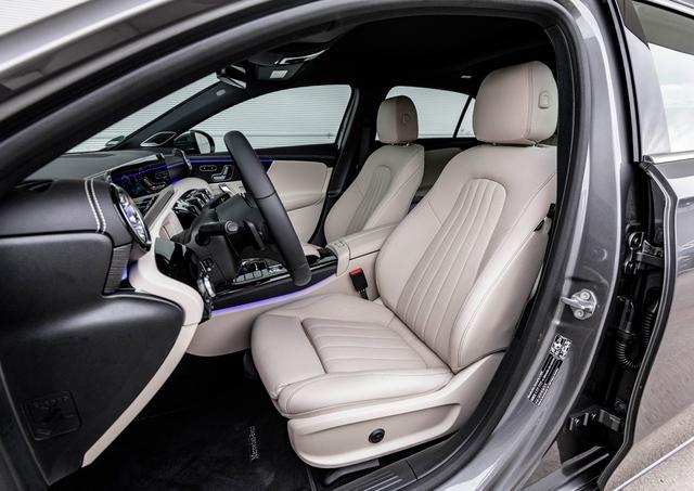 画像: 拡大されたボディサイズにより、ゆとりの増した車内空間。前席、後席の膝まわりは従来モデルよりも余裕が増している。