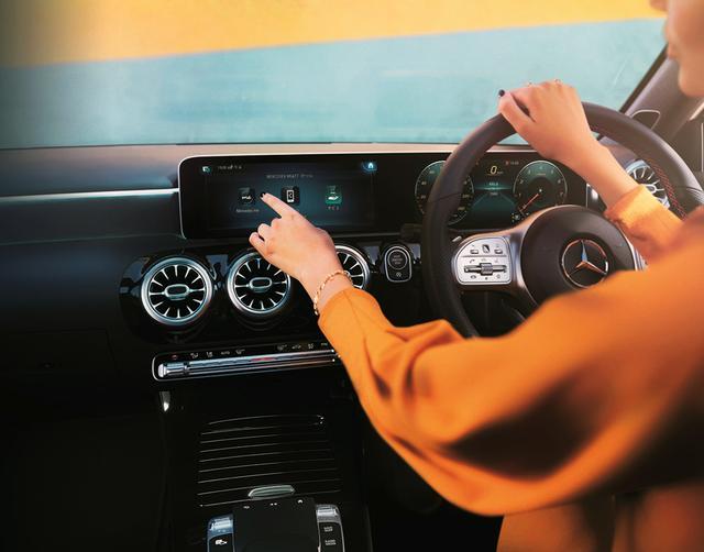 画像: MBUXは、音声入力でもタッチスクリーンでも、操作は可能だ。