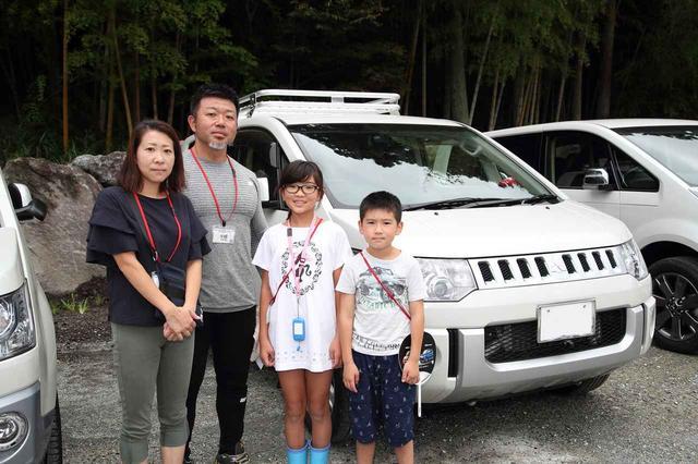 画像: デリカD:5と宇野澤さんご一家。最初はとにかく目立つのが良かったと言う宇野澤さん(左から2人目)。