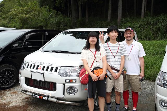 画像: デリカD:5で参加の山本さんファミリー。「ボディ剛性アップなどをしている」とオーナー(左)