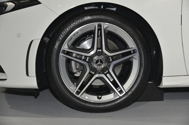 画像: 225/45R18タイヤとAMGホイールは、AMGラインのオプション。