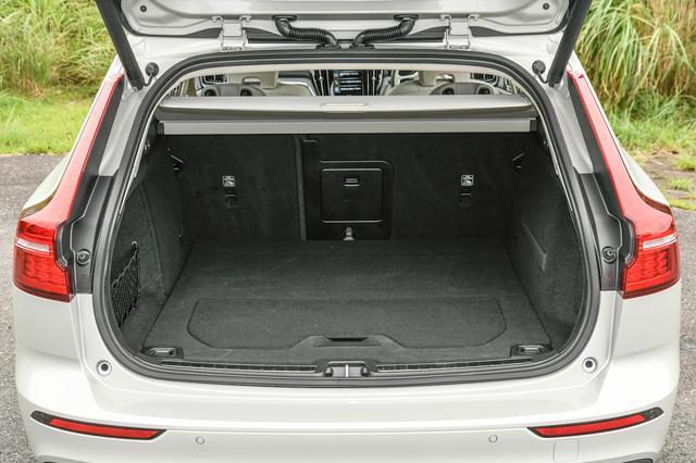 画像: ラゲッジルーム容量は529〜1441L。従来モデル同様に床下収納やフロアボードを立ててパーティション機能としても使うことができる、グローサリーバックホルダーも採用する。