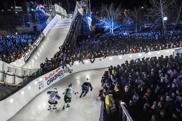 画像: 写真は2017-18シーズンのエドモントン(カナダ)。大観衆に囲まれたコースを選手たちが滑り降りていく。