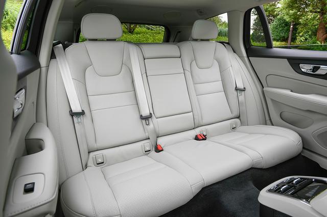 画像: リアシートヒーターを全車にオプション設定。エアコン温度の調整も可能。