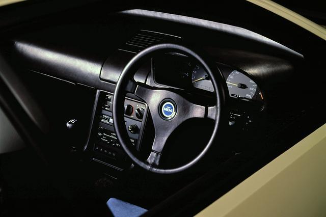 画像: 当時の競技ベース車を彷彿とさせるシンプルなインテリア。スピードメーターは260km/hスケール。