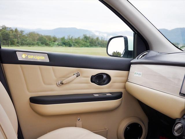 画像: 内装では、ドアトリム、アームレスト、スピーカーボックスに採用されている。