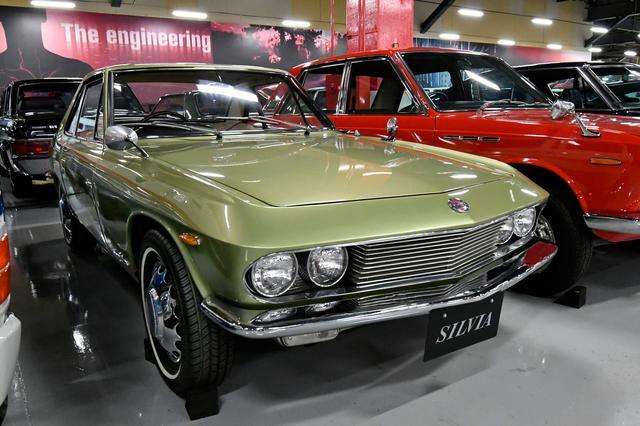 画像: シルビア(1966年式 CSP311型)。宝石のようなクリスプカットと呼ばれる流麗なクーペで65年4月に登場。ベースはフェアレディ1600で、デザインにはBMW507のアルブレヒト・ゲルツが関わった。日産車初の前輪ディスクブレーキとポルシェシンクロの採用が注目された。1.6Lの最高速は165km/hを誇る。価格はセドリックより高価な120万円で、68年まで554台を販売した。