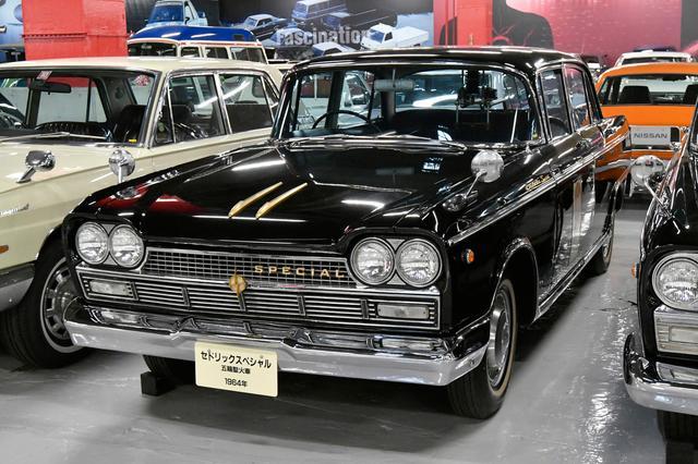 画像: セドリック スペシャル(1964年式 50型)。初代セドリックは中型セダンとして60年4月に縦目で登場。国産車初のモノコックボディ採用が注目された。エンジンは直4OHVの1.5L。10月の小型車枠変更に合わせ1.9Lを搭載。62年4月には8人乗りのエステートワゴンを追加、10月にはヘッドライトを縦から横へと変更された。63年2月には2.8L版直6を搭載した3ナンバーモデルの最上級スペシャルを追加した。