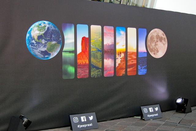 画像: 会場入り口には、ジープのアイコンである丸型ヘッドランプと7スロットグリルをイメージしたイラスト。