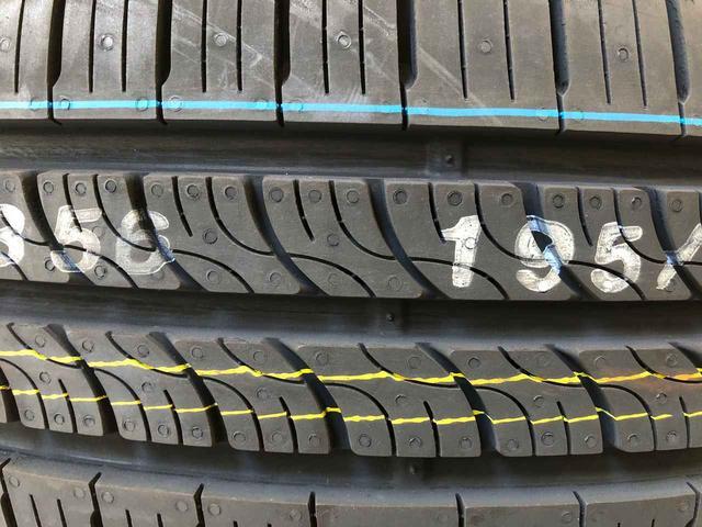 画像: クルマ用品の量販店に並べられた新品タイヤを見ると、その多くに赤や緑、黄、白などの識線が描かれている。