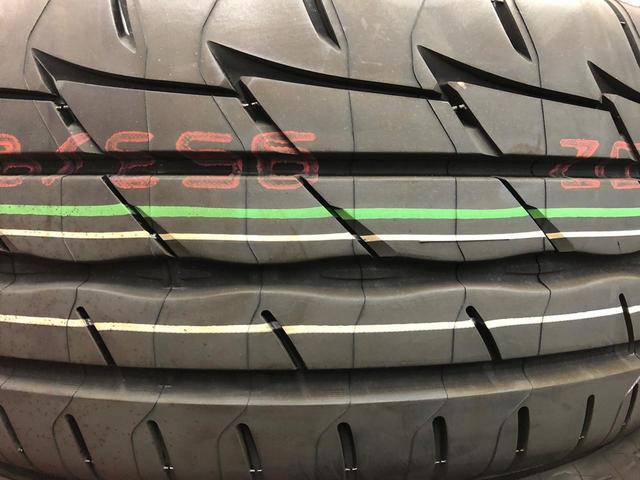 画像: 識線のほかにも、意味を判別できない文字列や、タイヤサイズを記された製品もあった。