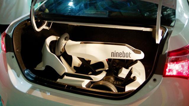 画像: 折りたためばクルマのトランクにも収納が可能だ。