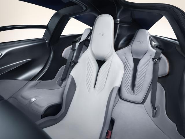 画像: 運転席を中央に配したユニークな3シーター。