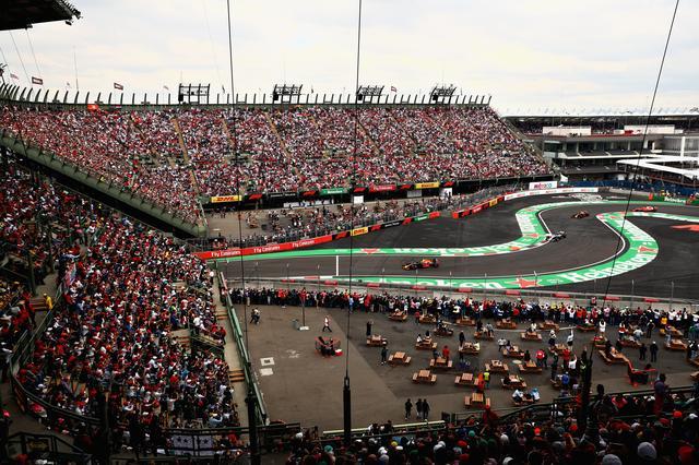 画像: アウトドローモ・エルマノス・ロドリゲスの名物コーナー、スタジアムセクション。レッドブルがメキシコで無類の速さを発揮した。