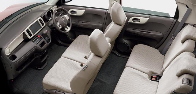 画像: シートカラーはアイボリー。運転席&助手席はシートヒーターを内蔵している。