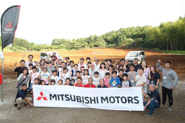 画像: 今回、7回に渡って掲載した「クルマの学校」の参加者の方々。増岡浩氏を中央に記念撮影。