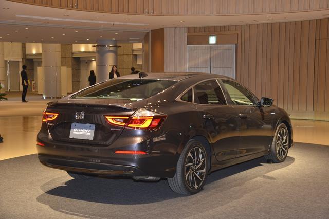 画像: リアエンドでも、スポイラー形状などに北米仕様との違いがうかがえる。日本仕様は、LX、EX、EX ブラックスタイルの3グレード展開で、ボディカラーは7色が予定されているという。