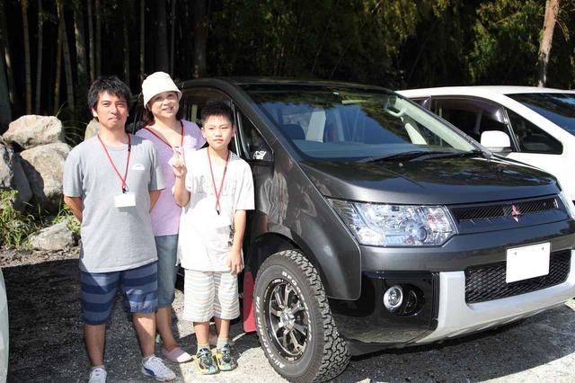 画像: ずっと三菱車に乗ってきたという大崎さん(左)。デリカD:5は乗り換えて3年目になる。
