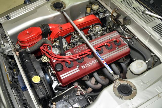画像: 2L直6気筒S20型エンジン。キャブレターはミクニ ソレックスを3基装備する。