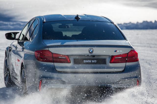 画像: M5を雪上でコントロールするトレーニング。xDriveなのでFRよりも扱いやすいがパワーがある分、アクセルペダルとハンドルの正確に操作が必要だ。