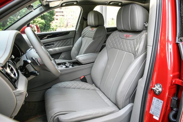 画像: 選び抜かれた高級素材のレザーに手縫いのクロスステッチが施されたシートやドアパネルを採用。