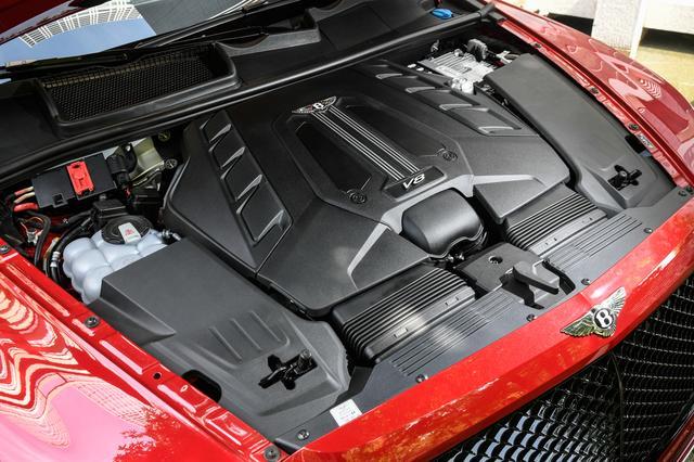 画像: バンクの内側に2つのターボチャージャーを搭載したV8エンジン。