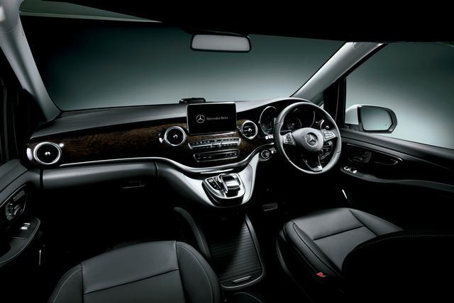 画像: 内装は本革ブラックで、ブラウンウッド調インテリアトリムが配される。