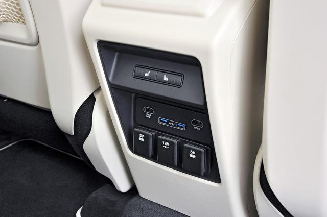 画像: オプション設定ながら、後席のパッセンジャー用にも充電用USBなど多彩なコネクターを用意。