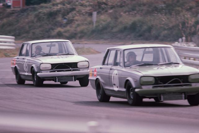 画像: 1969年の日本グランプリで富士スピードウェイを激走するGT-R。