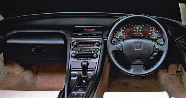 画像: コクピットは外観に比べるとオーソドックス。スピードメーターも国内仕様は180km/hスケール。